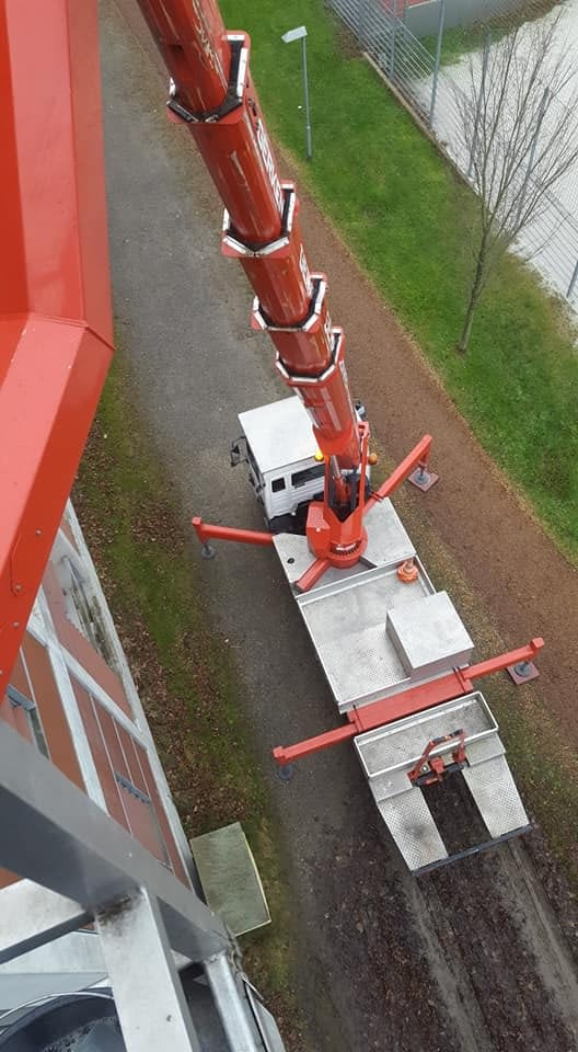 Truck Boom Lift to Clean High Windows